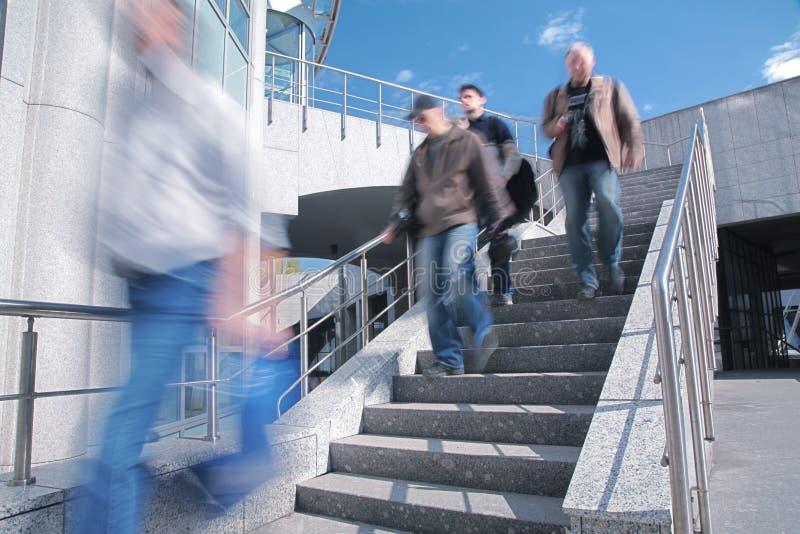 Leute gehen unten auf konkrete Strichleiter lizenzfreies stockbild