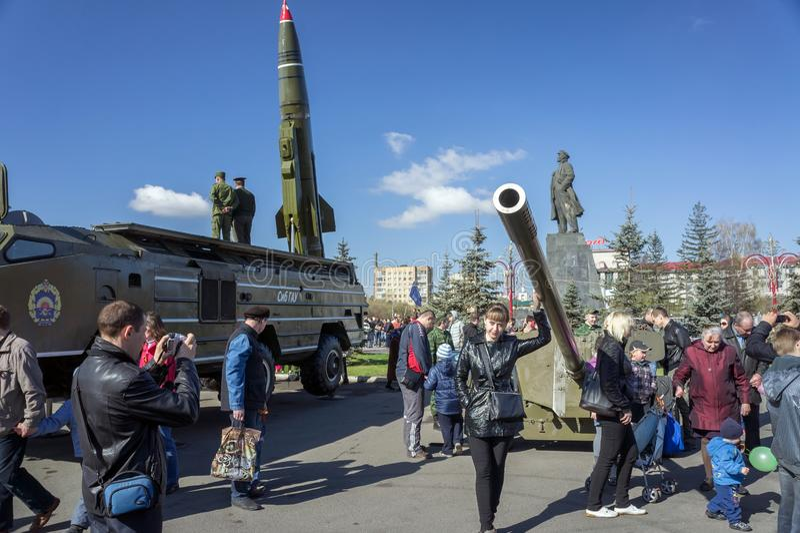 Leute gehen unter der Ausstellung von großen Gewehren der Artillerie auf dem zentralen Platz von Krasnojarsk, während des am 9. M lizenzfreie stockbilder