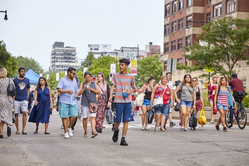 Leute gehen 4. von Juli-Feuerwerken im Bock-Piazza-Nationalpark sehen stockbild