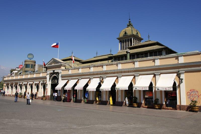 Leute gehen vor dem zentralen Markt von Santiago-Stadt in Santiago, Chile lizenzfreie stockfotografie