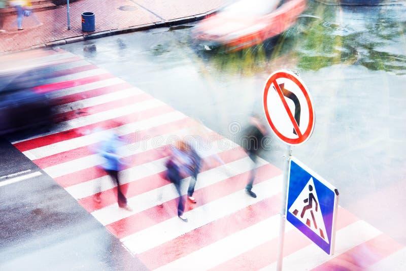 Leute gehen zu den Kreuzungen an einem Fußgängerübergang Unscharfe Bewegung lizenzfreie stockfotos