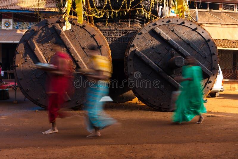 Leute gehende Ratha Chariot-Räder verwischt lizenzfreie stockfotos