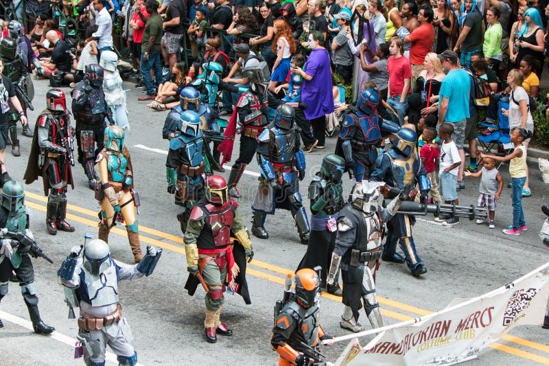 Leute gekleidet als Weg Mandalorian Mercs in Dragon Con Parade lizenzfreie stockbilder