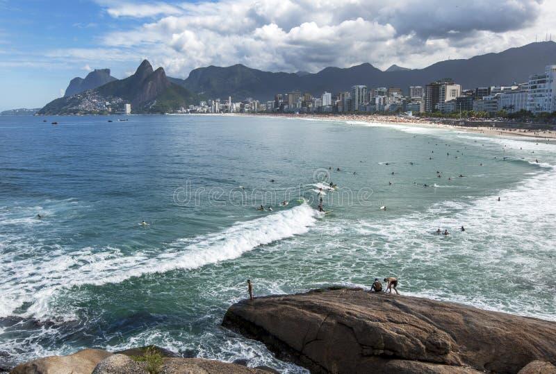 Leute genießen in der Brandung weg von Ipanema-Strand bei Rio de Janeiro in Brasilien lizenzfreies stockbild