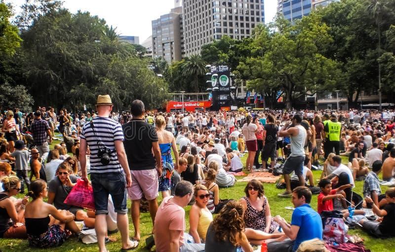 Leute genießen Musik in Hyde Park lizenzfreie stockbilder