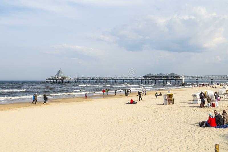 Leute genießen Pier und Strand stockfotos
