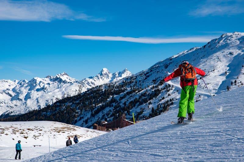 Leute genießen Ski und Snowboard für Winterurlaub im Alpenbereich mit Mont Blanc als Hintergrund, Les-Bogen 2000, Savoie, Frankre lizenzfreie stockbilder