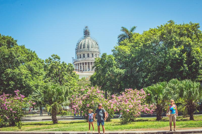 Leute in gerade gehender Havana Cuba lizenzfreie stockfotos