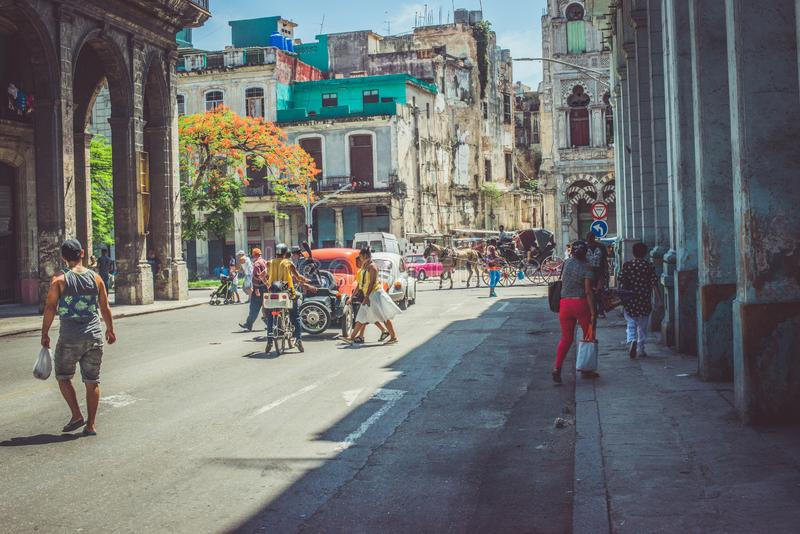 Leute in gerade gehender Havana Cuba lizenzfreie stockbilder