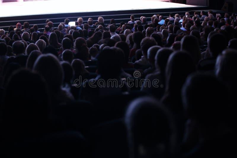 Leute gesetzt in einem Publikum stockfotografie