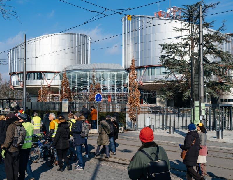 Leute Gilets Jaunes oder gelber Westenprotest in Straßburg Frankreich stockfotos