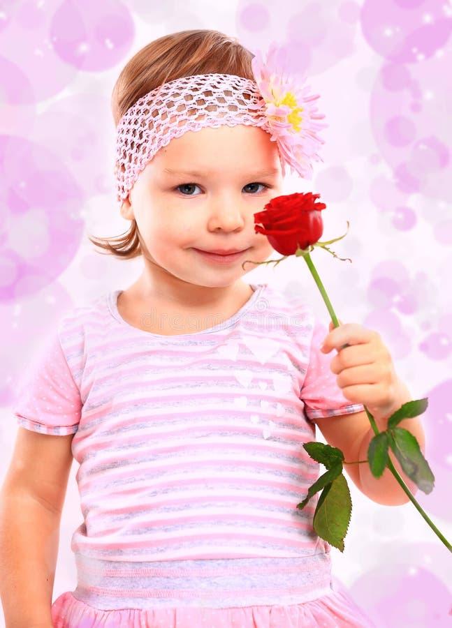 Leute, Glückkonzept Glückliches kleines Mädchen stockfoto
