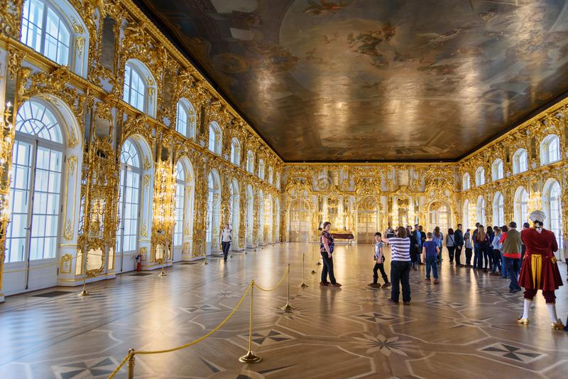 Leute in großem Hall in Catherine-Palast in Tsarskoe Selo in Pushkin St Petersburg Russland stockfoto