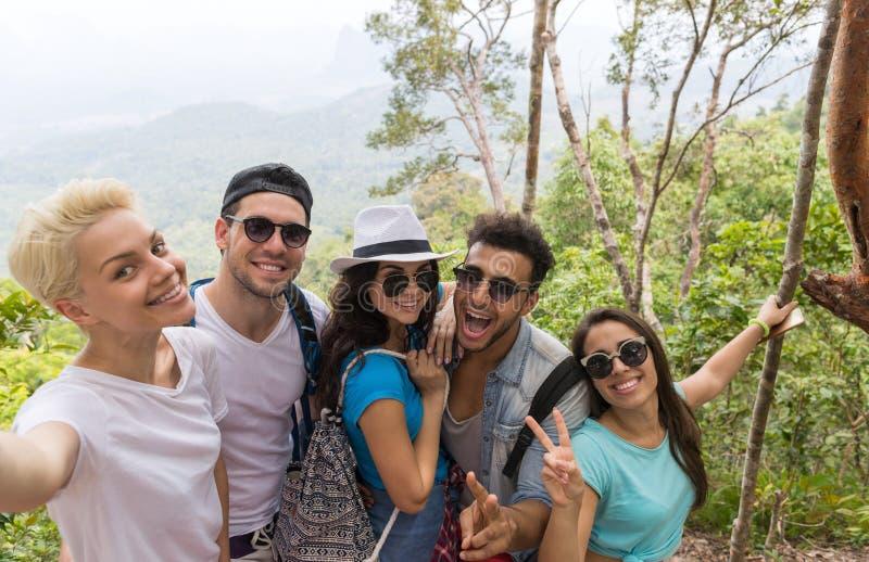 Leute-Gruppe machen Selfie-Foto über schöner Berglandschaft, Trekking im Wald, den glücklichen Mischungs-Rennjungen Männern und F stockfotos