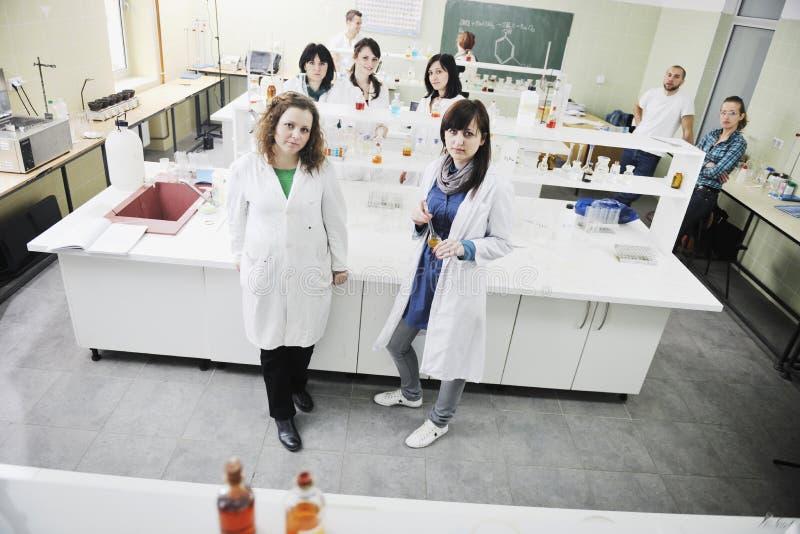 Leute gruppieren im Labor stockbild