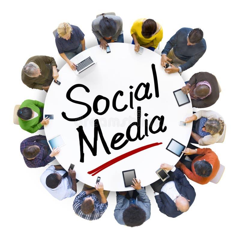 Leute-Händchenhalten um Buchstabe-Social Media stockfotos