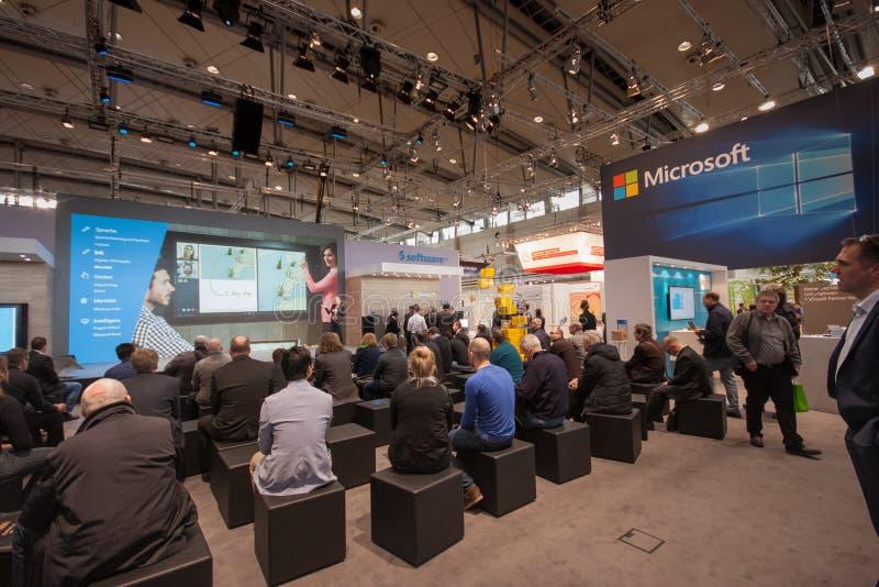 Leute hören Darstellung im Stand von Microsoft-Firma bei CeBIT stockfoto