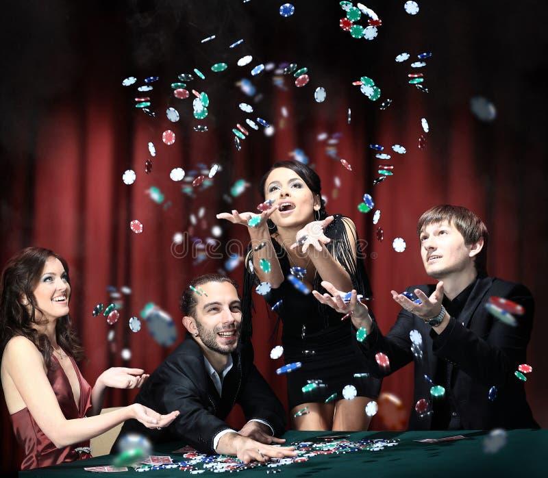 Leute haben eine gute Zeit im Kasino lizenzfreie stockfotografie