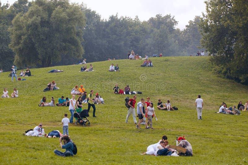 Leute haben einen Rest am Kolomenskoe-Park stockbild