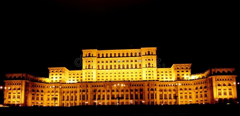 Leute-Haus Bucharest-, Rumänien bis zum Nacht lizenzfreie stockfotos
