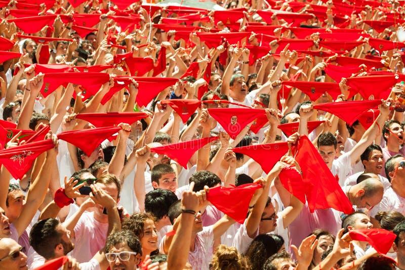 Leute heben roten Schal an, wenn sie auf den Anfang von San Fermin f warten stockfoto