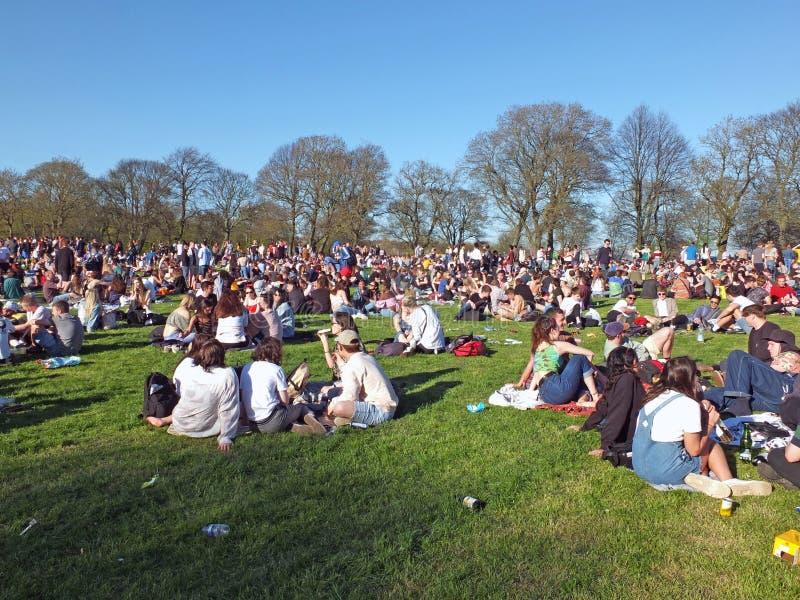 Leute in Hyde Park Leeds am Protest 420, zum für den Decriminalization des Hanfs in Großbritannien zu kämpfen lizenzfreies stockfoto
