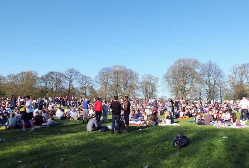 Leute in Hyde Park Leeds am Protest 420, zum für den Decriminalization des Hanfs in Großbritannien zu kämpfen lizenzfreie stockfotos