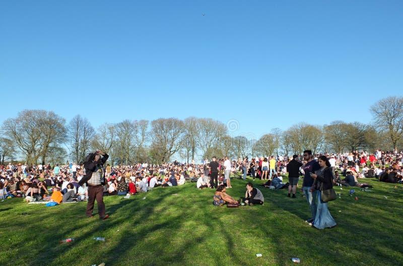 Leute in Hyde Park Leeds am Protest 420, zum für den Decriminalization des Hanfs in Großbritannien zu kämpfen lizenzfreie stockfotografie