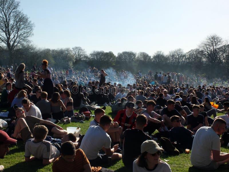 Leute in Hyde Park Leeds am Protest 420, zum für den Decriminalization des Hanfs in Großbritannien zu kämpfen stockbild