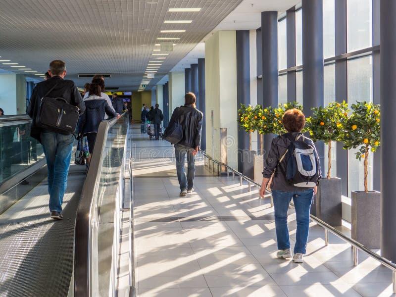 Leute im Flughafen lizenzfreie stockbilder