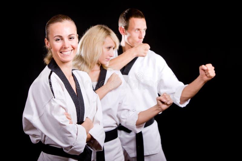Leute im Kimono bilden Kampfkünste Übung lizenzfreie stockfotos