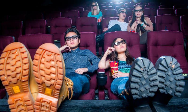 Leute im Kino, das Gläser 3d trägt stockbilder