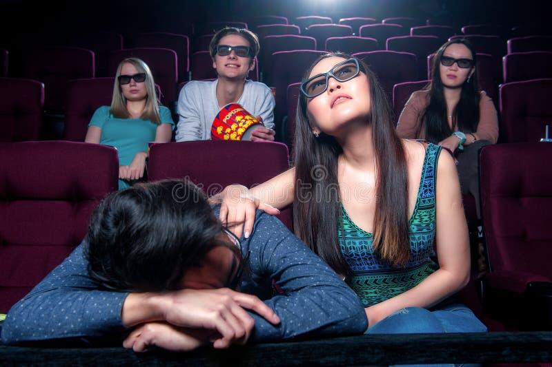 Leute im Kino, das Gläser 3d trägt stockbild