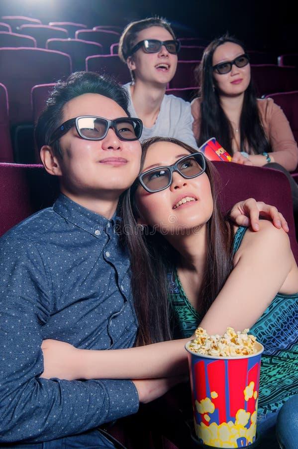 Leute im Kino, das Gläser 3d trägt lizenzfreies stockbild
