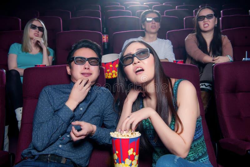 Leute im Kino, das Gläser 3d trägt stockfoto