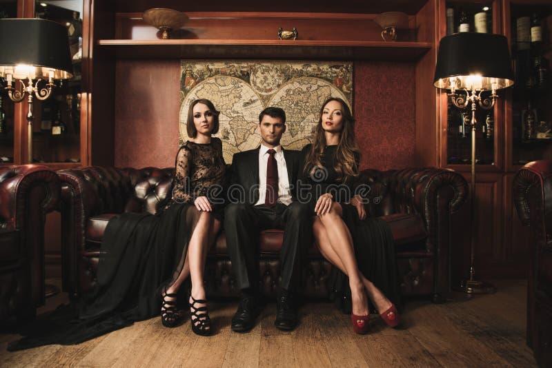 Leute im Luxusinnenraum lizenzfreie stockfotografie