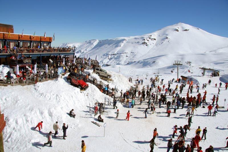 Leute im Skiort stockbild