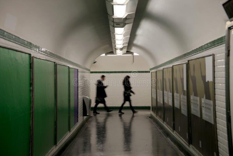 Leute im U-Bahnuntertagetunnel in Paris lizenzfreies stockfoto