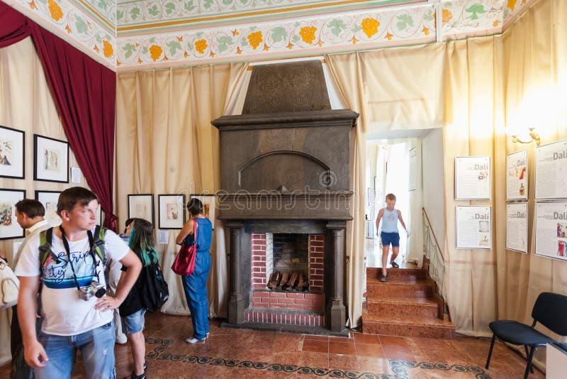 Leute innerhalb des Schwalben-Nest-Schlosses in Krim lizenzfreie stockbilder