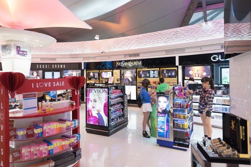 Leute kaufen an den zollfreien Kosmetikboutiquen, Bangkok stockfotos