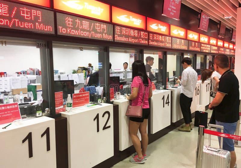 Leute kaufen Karten für Schnellbootreise in Macao lizenzfreies stockbild