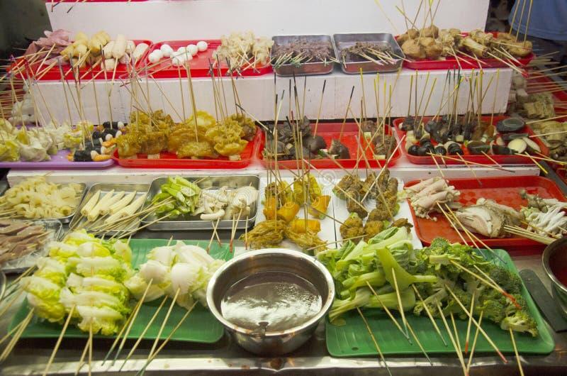 Leute kaufen und kochen Lok Lok-Lebensmittel malaysische Art am Restaurant lizenzfreie stockfotos