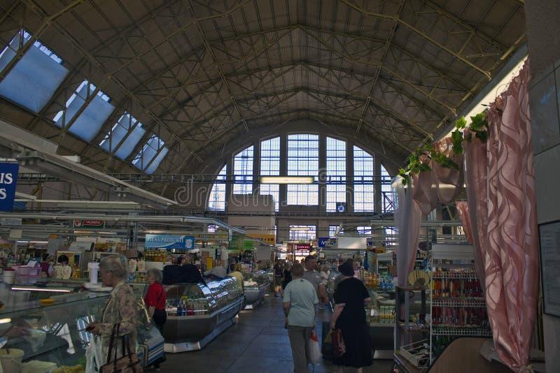 Leute kaufen am zentralen Lebensmittelmarkt in Riga lizenzfreies stockfoto