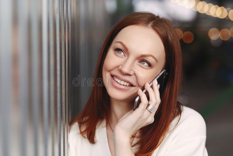 Leute-, Kommunikations- und Technologiekonzept Naher hoher Schuss der träumerischen jungen europäischen Frau mit dem staright gef lizenzfreie stockbilder