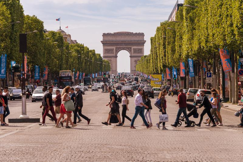 Leute-Kreuzungsalleen-DES Champs-Elysees in Paris stockbilder