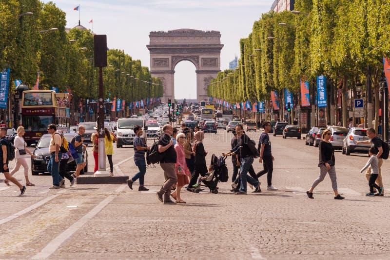 Leute-Kreuzungsalleen-DES Champs-Elysees in Paris stockfotografie