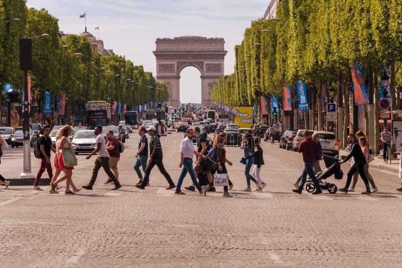 Leute-Kreuzungsalleen-DES Champs-Elysees in Paris lizenzfreies stockfoto