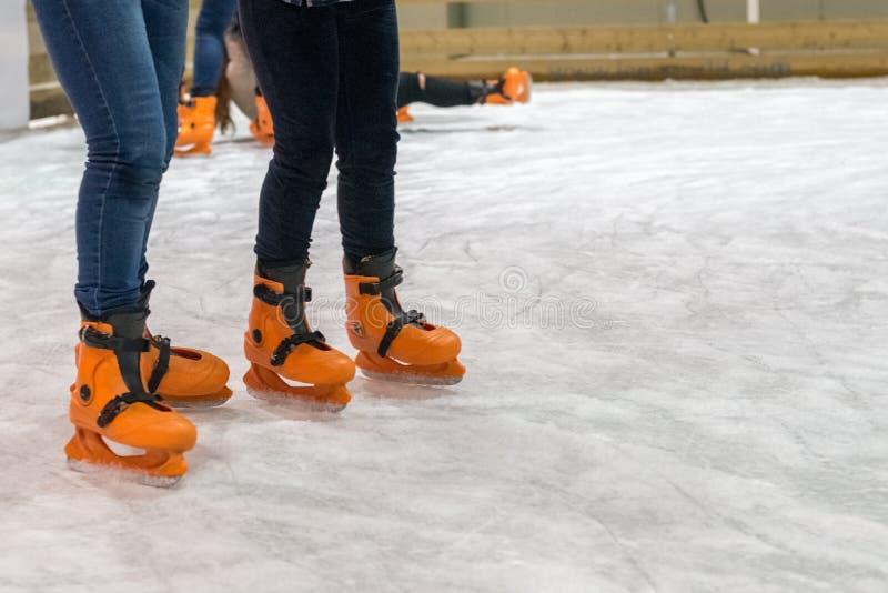 Leute laufen auf die Eisbahn eis lizenzfreies stockbild