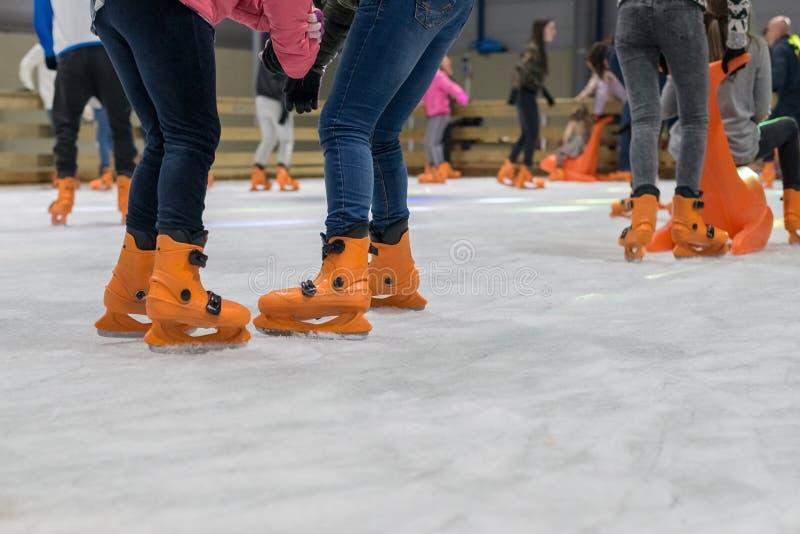 Leute laufen auf die Eisbahn eis stockbilder