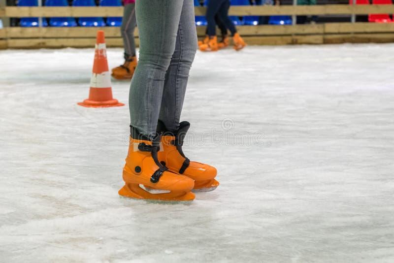 Leute laufen auf die Eisbahn eis stockfoto